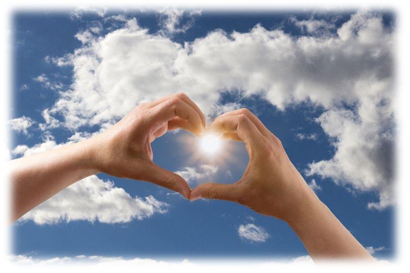 Hände bilden um die Sonne ein Herz