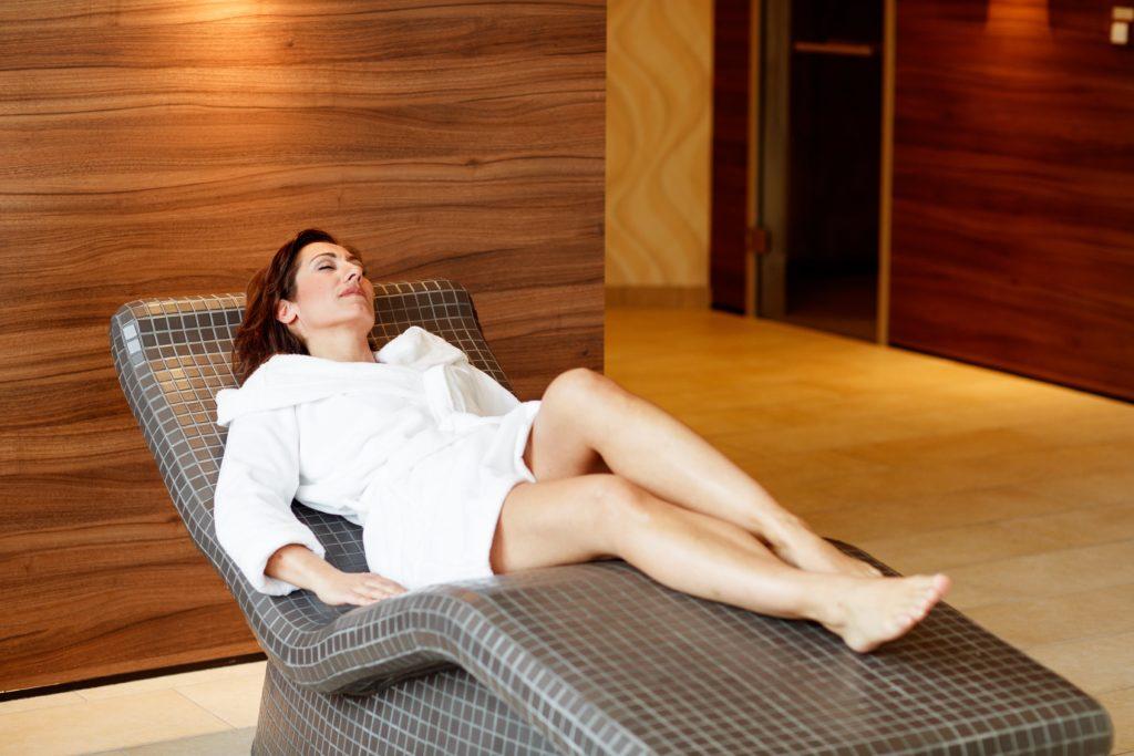 Eine Frau entspannt auf einer Liege