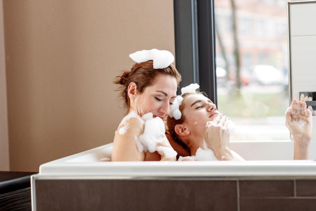 Mutter und Tochter baden