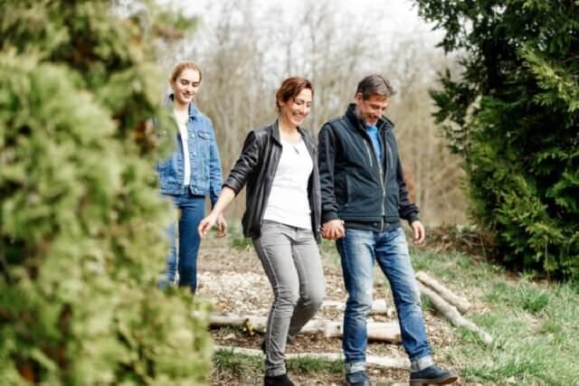 glückliche Familie beim Spazieren im Wald